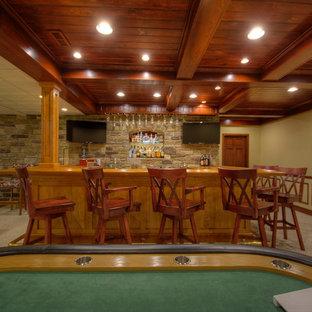 Idées déco pour un grand sous-sol classique avec un mur beige et moquette.