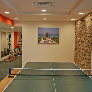 Inspiration pour un sous-sol design donnant sur l'extérieur et de taille moyenne avec un mur orange et un sol en bambou.