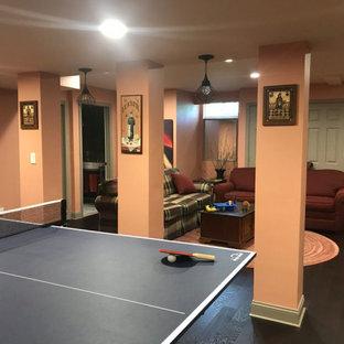Idée de décoration pour un grand sous-sol bohème avec salle de jeu, un mur rose, aucune cheminée, un sol marron et sol en stratifié.