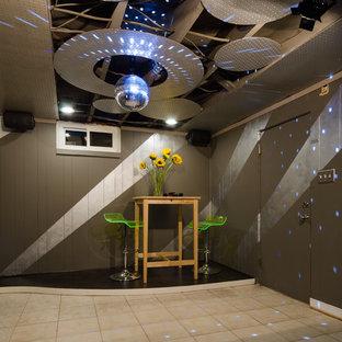 Immagine di una taverna design seminterrata di medie dimensioni con pareti multicolore, pavimento in terracotta e nessun camino