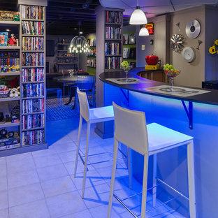Esempio di una taverna minimal seminterrata di medie dimensioni con pareti multicolore, pavimento in terracotta e nessun camino