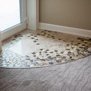 Cette photo montre un grand sous-sol craftsman donnant sur l'extérieur avec un mur beige, un sol en marbre et un sol multicolore.
