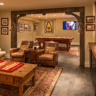 Immagine di una taverna chic interrata con pareti beige, nessun camino, pavimento con piastrelle in ceramica e pavimento grigio