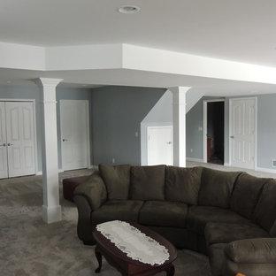 Cette image montre un sous-sol traditionnel semi-enterré et de taille moyenne avec un mur gris, moquette et aucune cheminée.