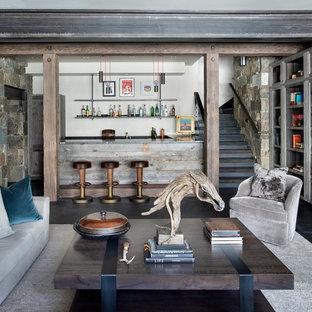 Foto di una taverna minimalista con pareti beige, camino classico e cornice del camino in legno