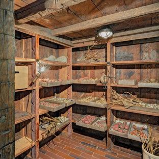 Idee per una taverna tradizionale interrata con pareti marroni e pavimento in terracotta