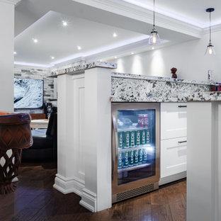 Réalisation d'un sous-sol design enterré et de taille moyenne avec un mur blanc, un sol en bois foncé, une cheminée standard, un manteau de cheminée en carrelage et un sol marron.