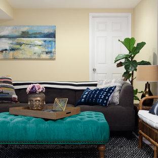 Idées déco pour un sous-sol exotique de taille moyenne avec un mur beige, moquette et aucune cheminée.