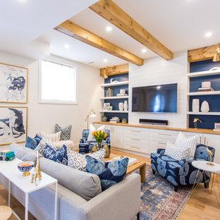 Immagine di una taverna stile marinaro con pareti bianche, parquet chiaro e pavimento beige