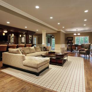 Inspiration pour un grand sous-sol craftsman donnant sur l'extérieur avec un mur marron, un sol en vinyl, aucune cheminée et un sol marron.