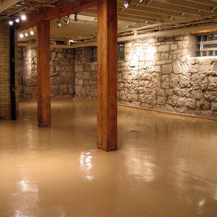 Aménagement d'un sous-sol montagne semi-enterré et de taille moyenne avec aucune cheminée, un mur multicolore, béton au sol et un sol marron.