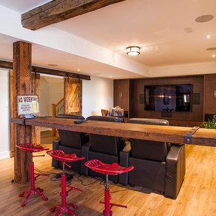 Inspiration pour un sous-sol rustique semi-enterré et de taille moyenne avec un mur beige, un sol en bois clair, aucune cheminée et un sol marron.