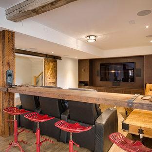 Mittelgroßer Landhausstil Hochkeller ohne Kamin mit beiger Wandfarbe, hellem Holzboden und braunem Boden in Toronto