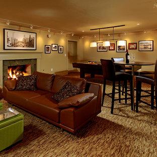 ワシントンD.C.のトラディショナルスタイルのおしゃれな地下室 (ベージュの壁、濃色無垢フローリング、標準型暖炉、石材の暖炉まわり、全地下、茶色い床) の写真