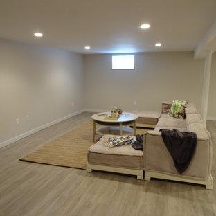 Exemple d'un petit sous-sol enterré avec un mur blanc, un sol en linoléum et un sol beige.