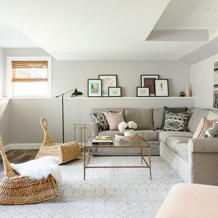 Inspiration pour un sous-sol traditionnel de taille moyenne et semi-enterré avec un mur gris, un sol en vinyl, aucune cheminée et un sol marron.