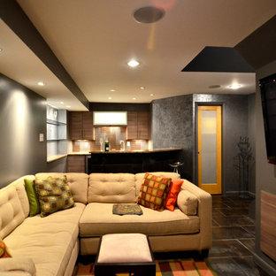 Foto de sótano urbano, pequeño, sin chimenea, con paredes grises y suelo de baldosas de porcelana
