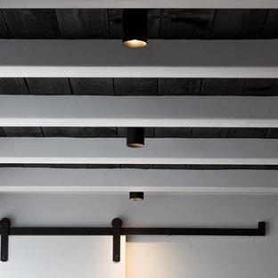 Idée de décoration pour un petit sous-sol design donnant sur l'extérieur avec un mur noir.