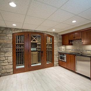 Idée de décoration pour un grand sous-sol design avec un mur beige et un sol en carrelage de céramique.