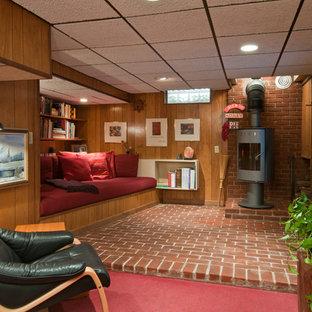 Réalisation d'un petit sous-sol vintage semi-enterré avec un poêle à bois, un sol en brique et un sol rouge.