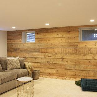 Idée de décoration pour un sous-sol champêtre semi-enterré et de taille moyenne avec un mur beige, sol en stratifié, aucune cheminée et un sol marron.