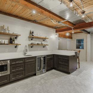 Inspiration pour un grand sous-sol urbain donnant sur l'extérieur avec un bar de salon, un mur blanc, béton au sol, aucune cheminée, un sol blanc et un plafond en poutres apparentes.