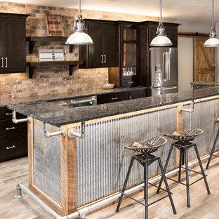 Ispirazione per una taverna industriale di medie dimensioni con sbocco, pareti bianche e pavimento in legno verniciato