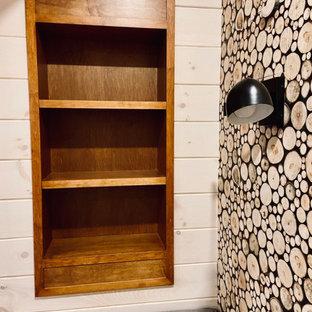 Aménagement d'un sous-sol craftsman donnant sur l'extérieur et de taille moyenne avec salle de jeu, un mur blanc, un sol en bois brun, une cheminée standard, un manteau de cheminée en pierre, un sol marron, un plafond en lambris de bois et du lambris de bois.