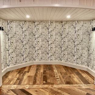 Idées déco pour un sous-sol craftsman donnant sur l'extérieur et de taille moyenne avec salle de jeu, un mur blanc, un sol en bois brun, une cheminée standard, un manteau de cheminée en pierre, un sol marron, un plafond en lambris de bois et du lambris de bois.