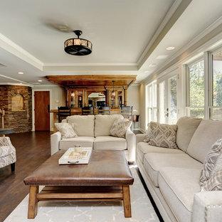 Idées déco pour un sous-sol classique de taille moyenne et donnant sur l'extérieur avec un bar de salon, un mur beige, un sol en vinyl et un sol marron.