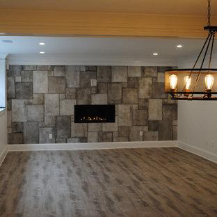 Inspiration pour un très grand sous-sol traditionnel semi-enterré avec un mur blanc, un sol en bois foncé, une cheminée double-face, un manteau de cheminée en bois et un sol marron.