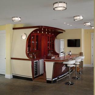 Inspiration pour un grand sous-sol traditionnel donnant sur l'extérieur avec un mur jaune et un sol en ardoise.