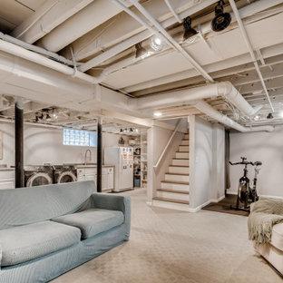 Idée de décoration pour un sous-sol enterré avec un mur blanc, moquette, un sol gris et un plafond en poutres apparentes.