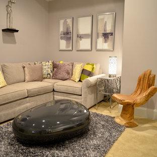 Exemple d'un petit sous-sol tendance enterré avec un mur violet, moquette et un sol beige.