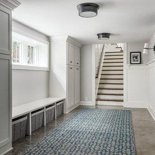 Inspiration pour un sous-sol craftsman donnant sur l'extérieur et de taille moyenne avec un mur blanc, béton au sol et un sol marron.