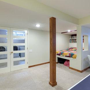Exemple d'un sous-sol rétro semi-enterré et de taille moyenne avec un mur blanc, un sol en bois clair, une cheminée standard, un manteau de cheminée en brique et un sol beige.
