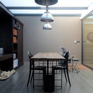 Ispirazione per una taverna design interrata con pareti beige, pavimento in terracotta e pavimento grigio