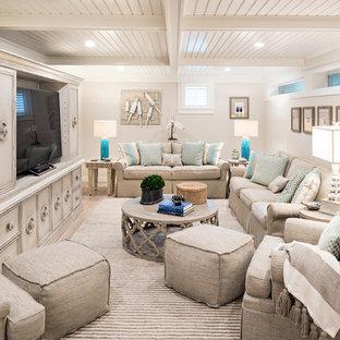 Idée de décoration pour un sous-sol marin semi-enterré avec un mur beige, un sol en bois clair et un sol beige.
