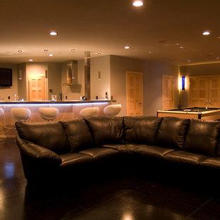 Réalisation d'un sous-sol minimaliste avec un mur beige et un sol noir.