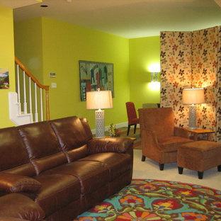 Cette image montre un sous-sol bohème enterré et de taille moyenne avec un mur vert, moquette, aucune cheminée et un sol beige.