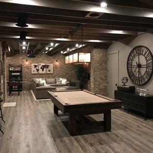 Idée de décoration pour un sous-sol urbain semi-enterré avec un mur marron, un sol en bois brun, aucune cheminée et un sol marron.