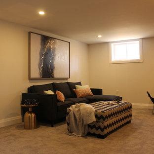 Idée de décoration pour un sous-sol bohème avec un mur blanc, moquette, cheminée suspendue et un sol gris.