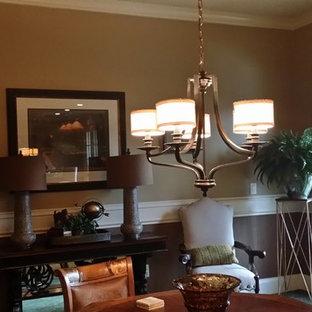 Inspiration pour un grand sous-sol traditionnel donnant sur l'extérieur avec un mur marron, aucune cheminée, moquette et un sol vert.
