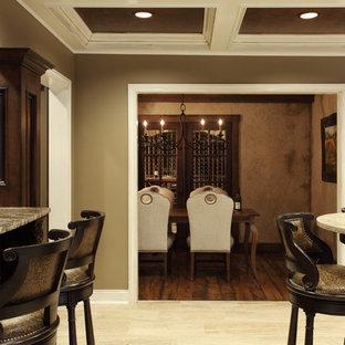 Cette image montre un très grand sous-sol traditionnel donnant sur l'extérieur avec un mur beige, un sol en marbre et un sol beige.