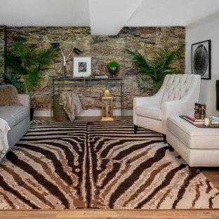 Idée de décoration pour un grand sous-sol tradition avec un sol en vinyl, cheminée suspendue, un manteau de cheminée en plâtre et un sol marron.