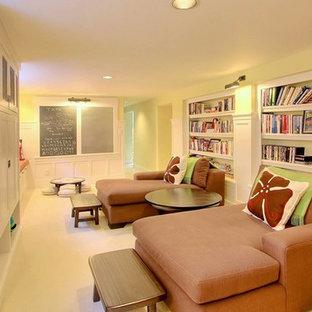 Inspiration pour un sous-sol craftsman semi-enterré et de taille moyenne avec un mur jaune.