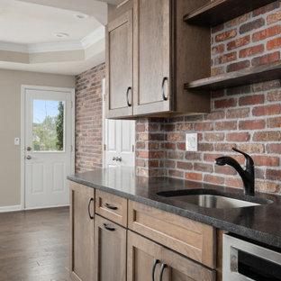 Exemple d'un sous-sol chic donnant sur l'extérieur et de taille moyenne avec un mur gris, un sol en bois foncé, aucune cheminée et un sol vert.