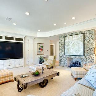 Cette image montre un très grand sous-sol traditionnel donnant sur l'extérieur avec un mur multicolore, un sol en bois clair, une cheminée standard et un manteau de cheminée en carrelage.