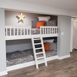 Idée de décoration pour un grand sous-sol tradition semi-enterré avec un mur gris, un sol en vinyl et un sol marron.