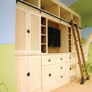 Aménagement d'un grand sous-sol classique donnant sur l'extérieur avec un mur beige et moquette.